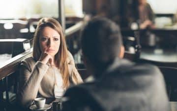 Femme qui s'ennuie pendant le dating