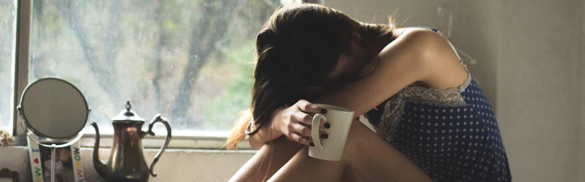 Une femme seule avec une tasse à café