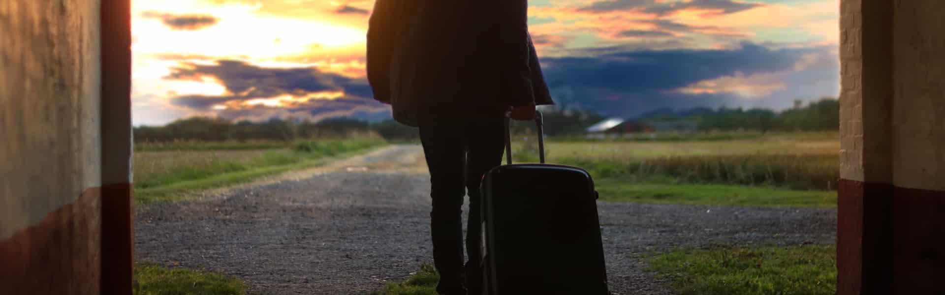 Homme qui quitte le domicile conjugal