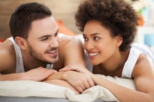 couple heureux en confinement